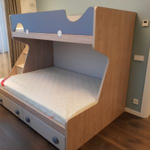 Dviaukštė-lova-jaunuolių-kambariui