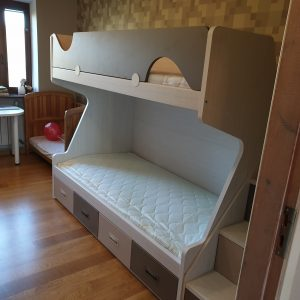 Dviaukštė-lova-suaugusiems-jaunuoliams