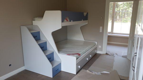 Dviaukštė-lova-jaunuolio-kambariui