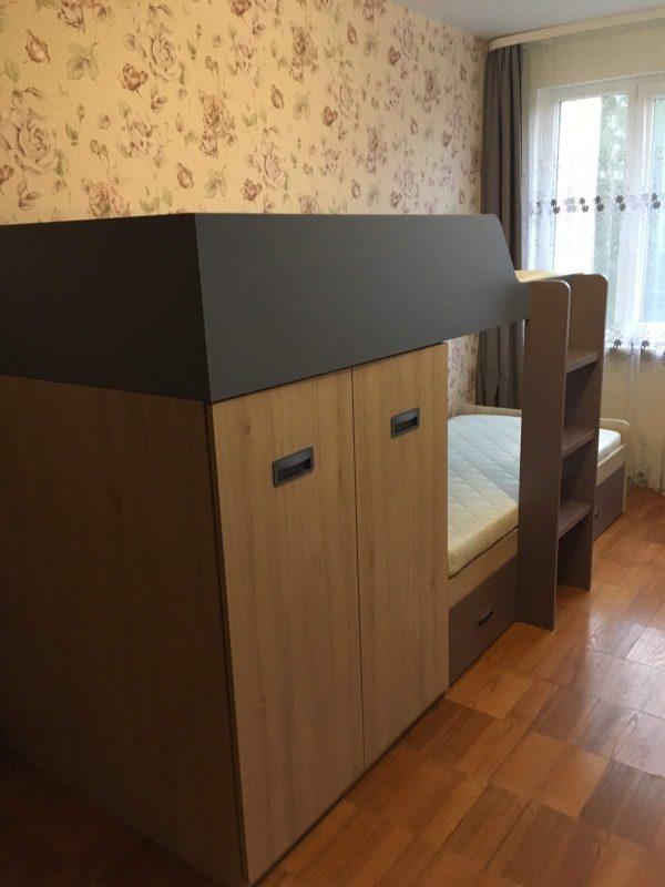 Dviaukštės-lovos-su-spinta-ir-stalčiais