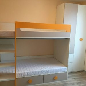 divstāvu gulta ar skapi