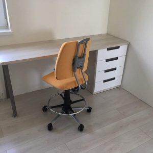 Rašomasis-stalas-jaunuolio-kambariui