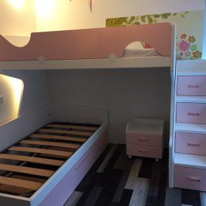 Kampinė-dviaukštė-lova-jaunuolio-kambariui
