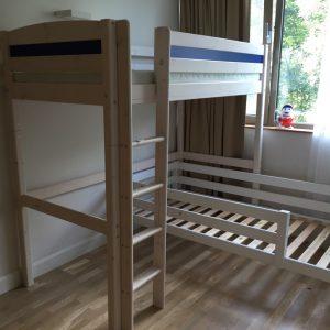Kampinė-dviaukštė-lova-medžio-masyvas