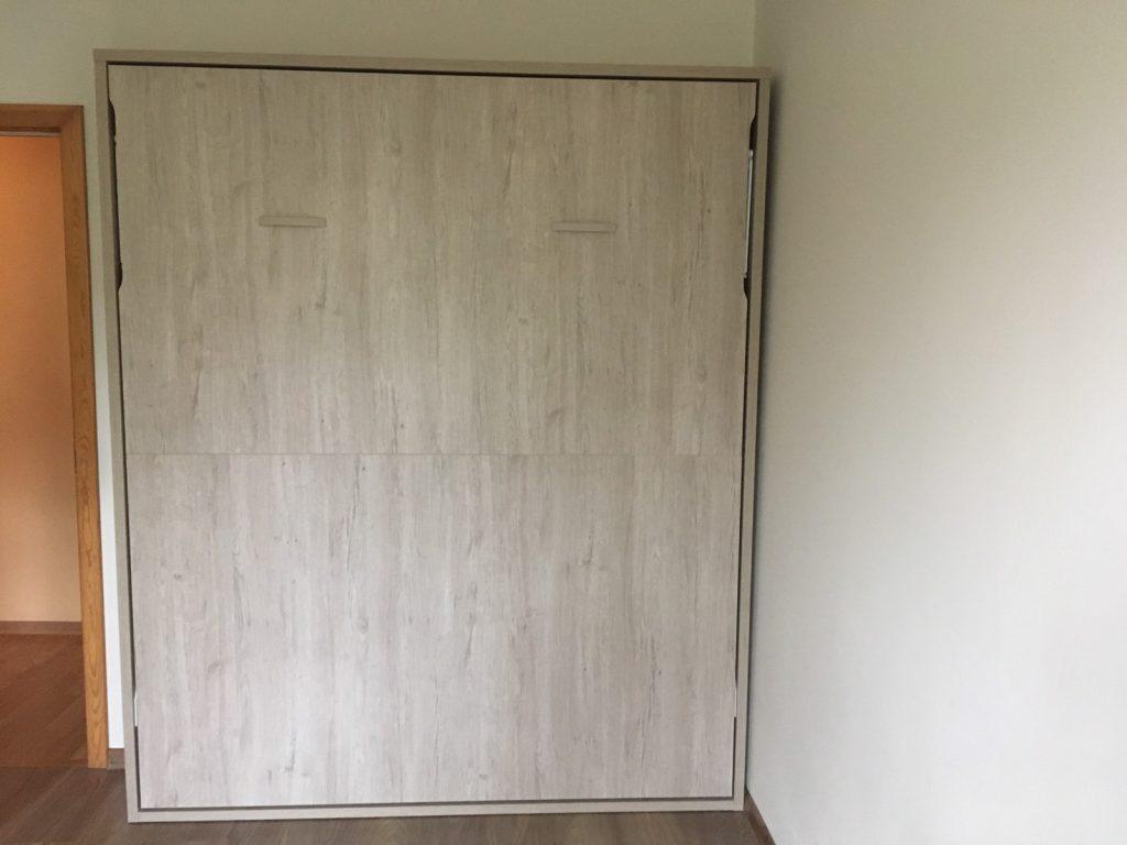 Sieninė-lova-spintoje-dvigulė