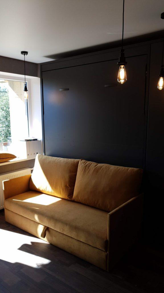 Lova-spintoje-sofa