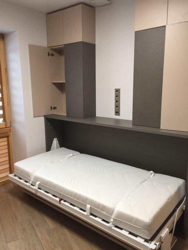 lova-spintoje-su-stalu-forma-moduliniai-baldai