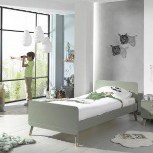 Mėtų-spalvos-lova-su-spintele-prie-lovos