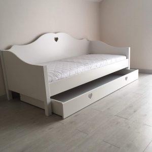 lova-mergaitės-kambariui