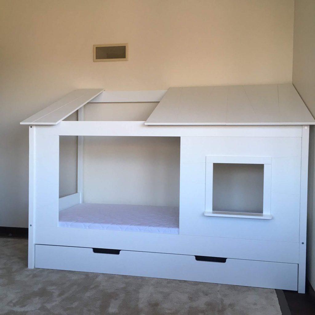 lova-namelis-su-stalčiumi