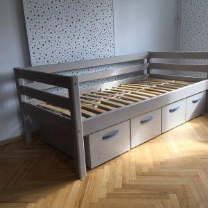 Flexa-classic-lova-jaunuoliui-su-stalčiais