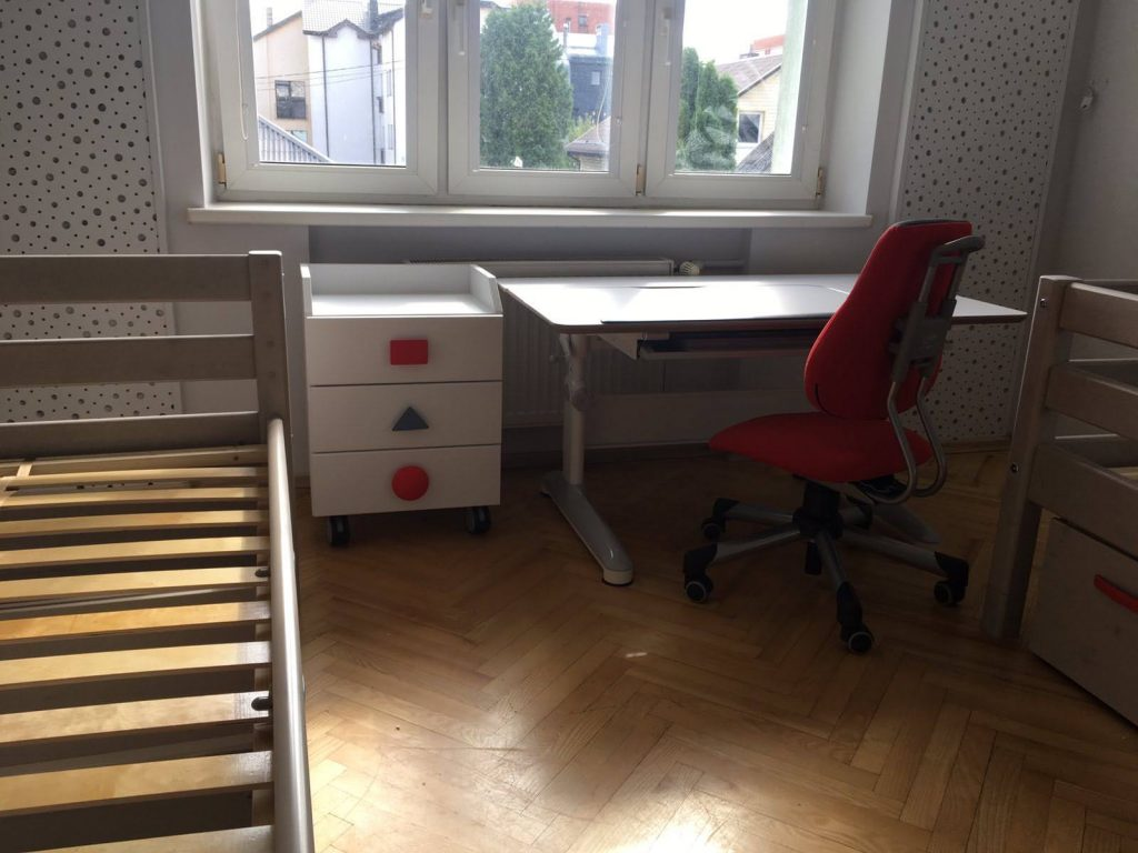 augantis-stalas-Mayer-su-kėde
