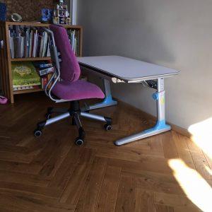 augantis-rašomasis-stalas-su-kėde