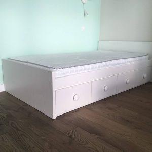 jaunuolio-lova-su-stalčiais