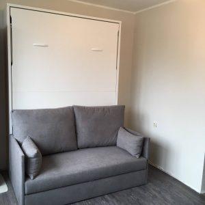 lova-spintoje-su-sofa