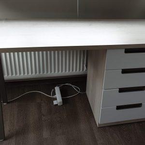stalas-su-stalčių-bloku