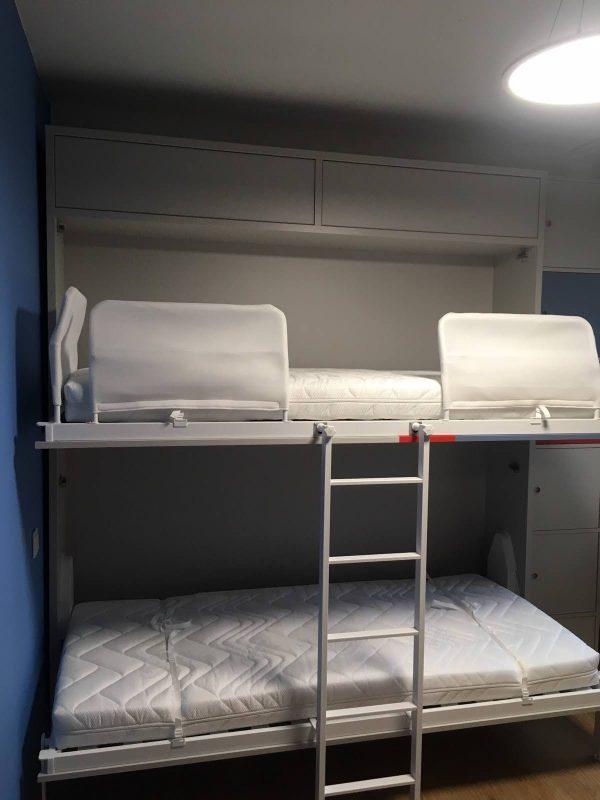 dviaukštė-atlenkiama-lova-spintoje