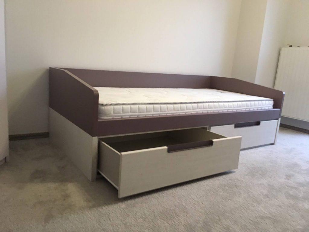 viengule-lova-su-stalčiais
