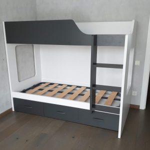 dviaukštė-lova-su-stalčiais-jaunuolio-kambariui