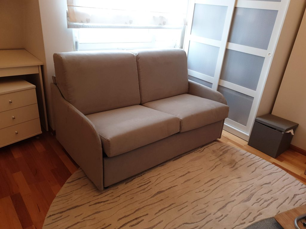 kompaktiška-sofa-lova
