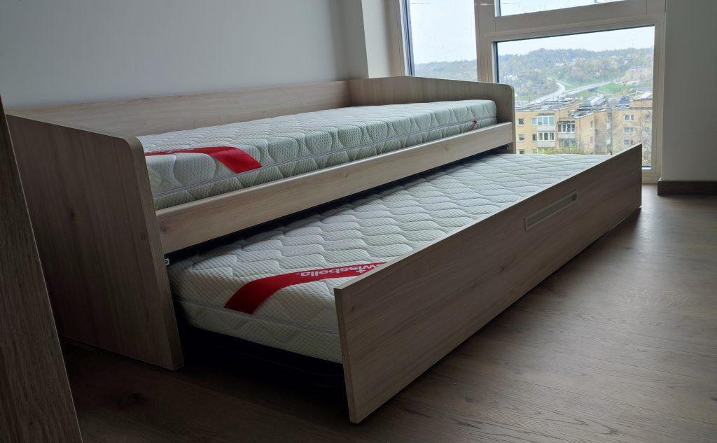 lova-dviems-vaikams-gulta-berniem