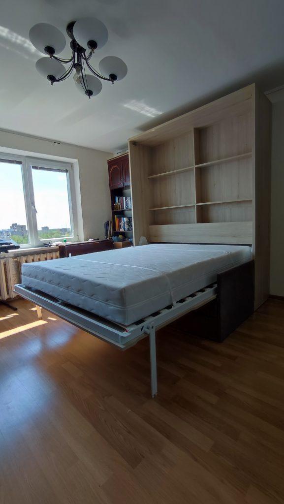 lova-spintoje-sofa-gultas-skapi