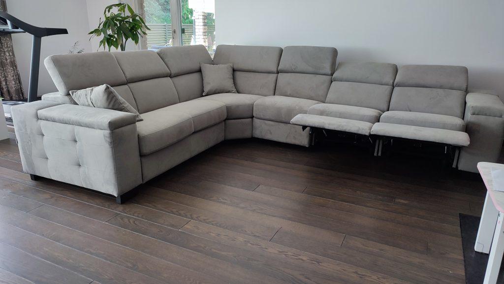 kampinė-sofa-su-reklaineriais